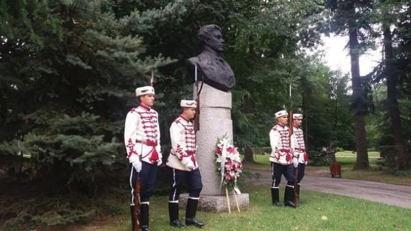 Паметника на Левски в Борисовата градина, София. До него е паметника на Христо Ботев